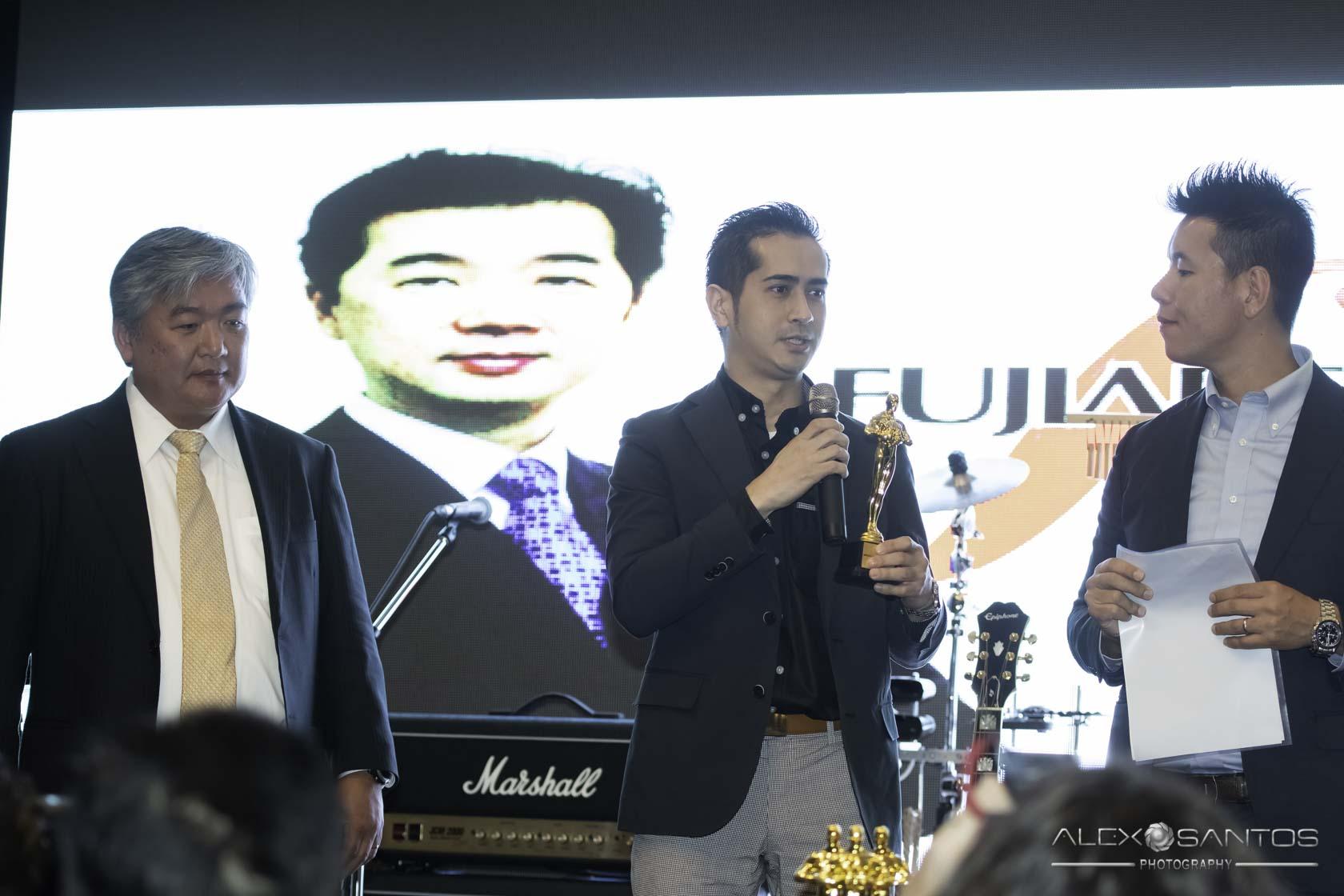 Yasunori Fusazaki da Fujiarte recebendo o prêmio Amigos da Comunidade